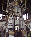 約2000トンもの加圧力を生み出すエアスタンプハンマー