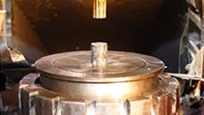 表面処理を施した鋼材を上下から一気にプレスして成形