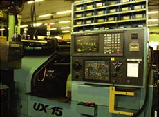 コンピュータ制御のNC旋盤は複数の切削工程を一気に行う