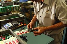 一つ一つ手作業で丹念に完成品を検査し梱包
